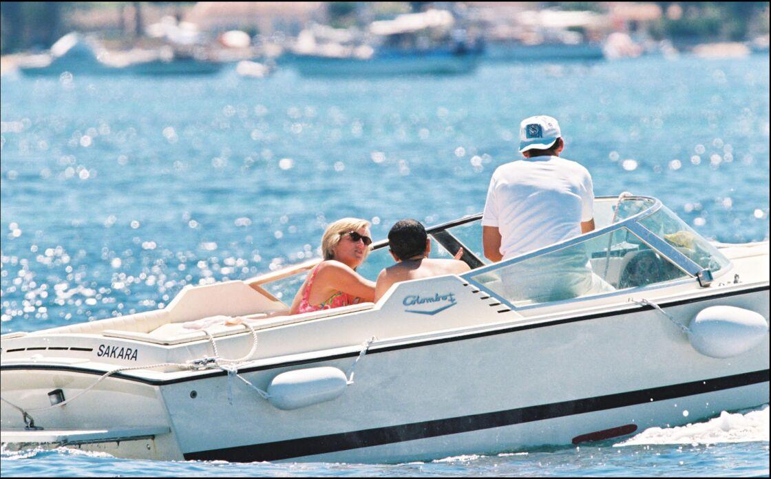 Les premières photos de Lady Diana et Dodi Al-Fayed lors de leurs vacances à St-Tropez, en juillet 1997, un mois avant l'accident de voiture.