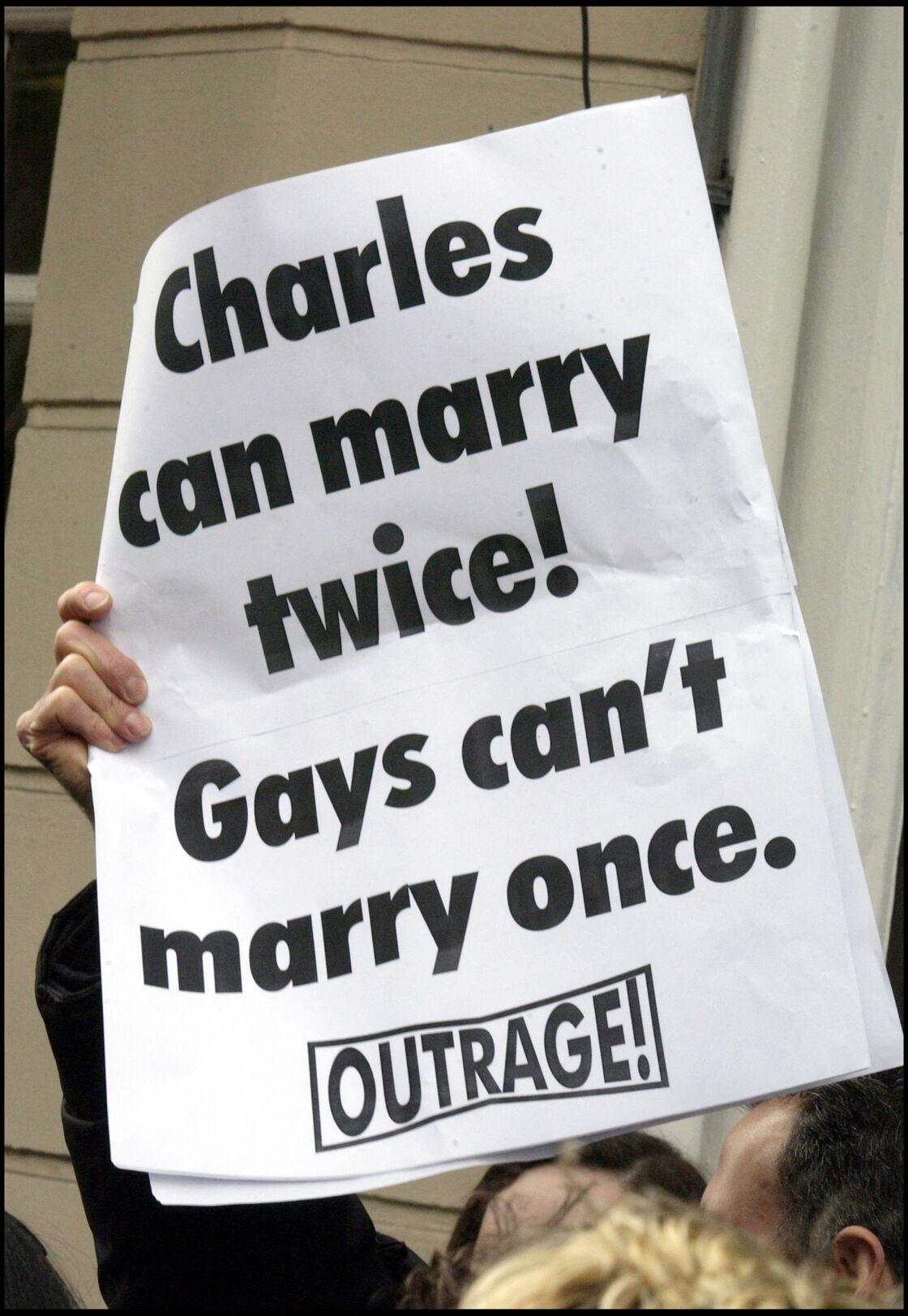 Une banderole affichée lors du mariage de Camilla Parker-Bowles et du prince Charles, le 9 avril 2005.