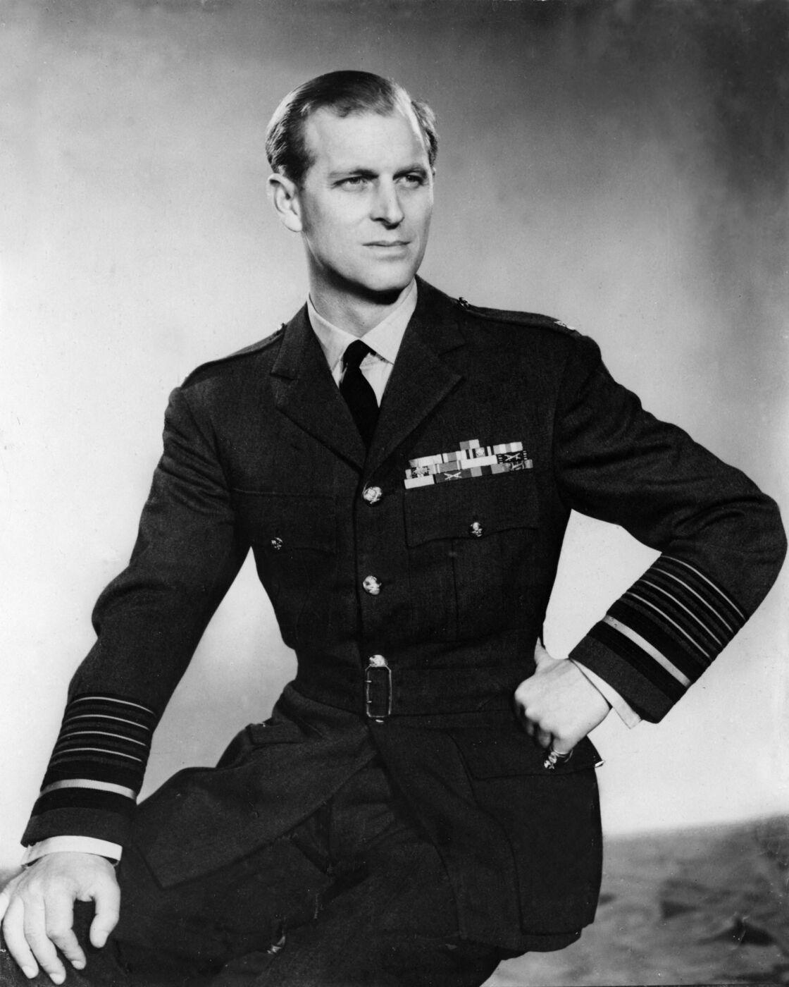 Le prince Philip dans son costume militaire de la Royal Navy