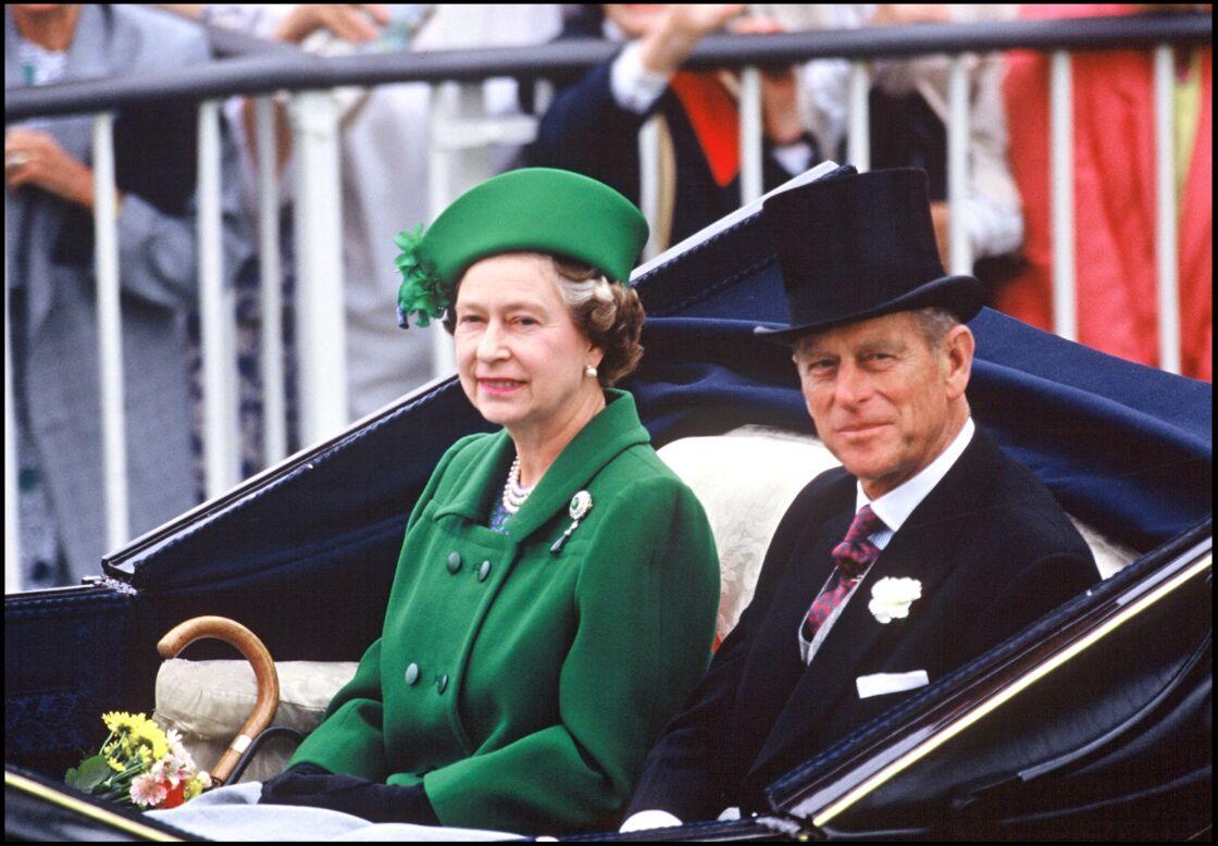 Chapeau haut de forme et costume 3-pièces, cravate et boutonnière, le prince Philip était un symbole d'élégance.