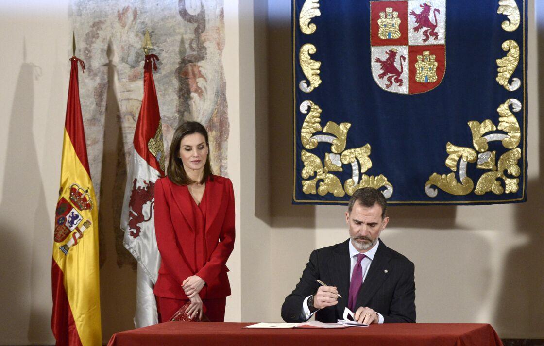 Letizia d'Espagne porte pour la première fois son tailleur pantalon rouge le 23 mars 2018