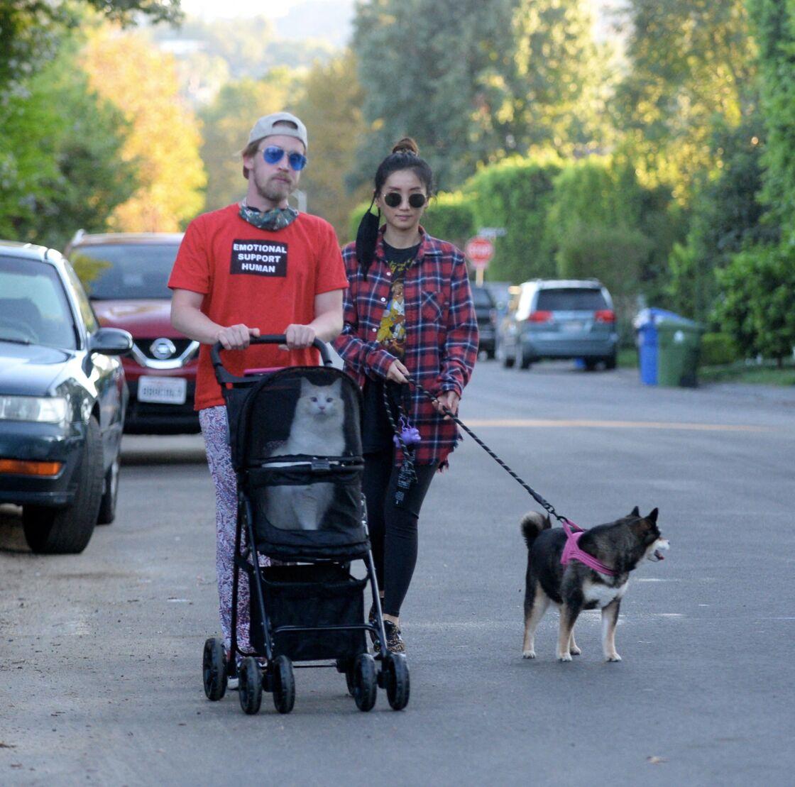 Macaulay Culkin et Brenda Song dans les rues de Los Angeles, en octobre 2020.
