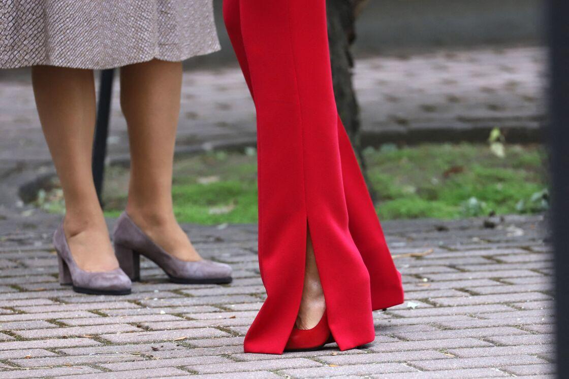 Une découpe de pantalon qui permet de voir les escarpins rouges et les jambes fuselées de Letizia d'Espagne