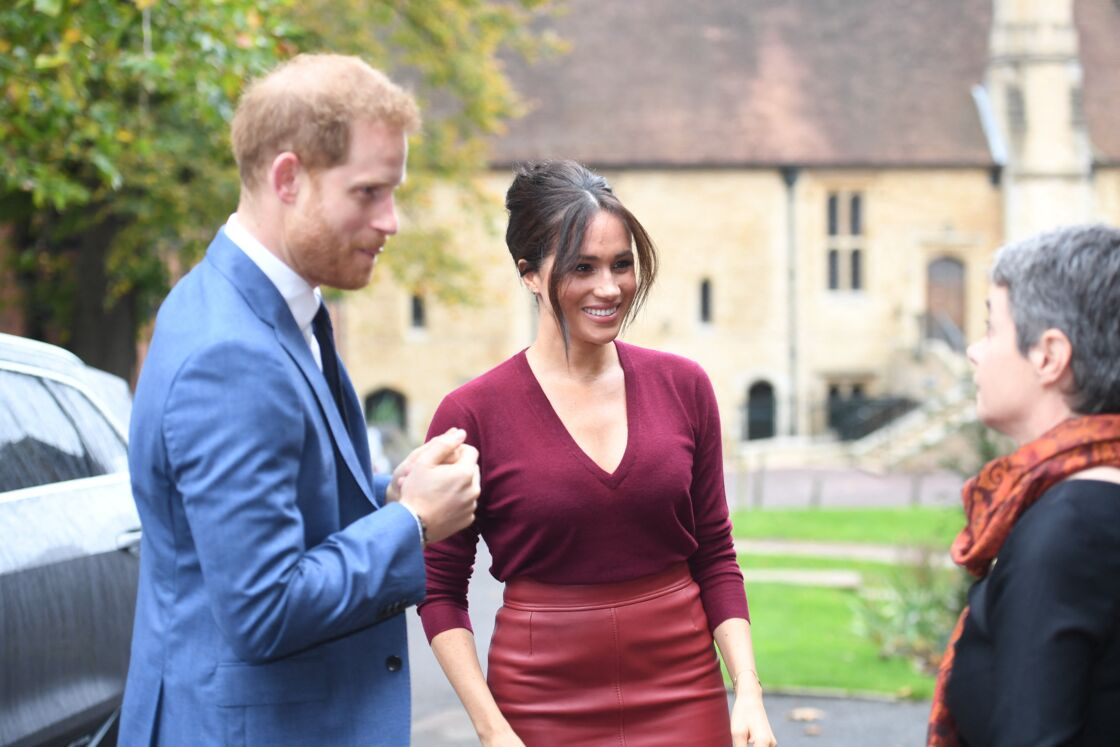Le prince Harry, duc de Sussex, et Meghan Markle, duchesse de Sussex, arrivent pour une réunion sur l'égalité des genres avec les membres du Queen's Commonwealth Trust et du sommet One Young World au château de Windsor, le 25 octobre 2019.