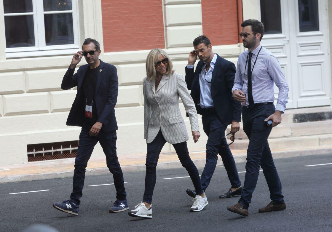 Brigitte Macron, entourée de Pierre-Olivier Costa (à gauche) et de Tristan Bromet (deuxième homme à droite), lors du sommet du G7 à Biarritz, en août 2019.