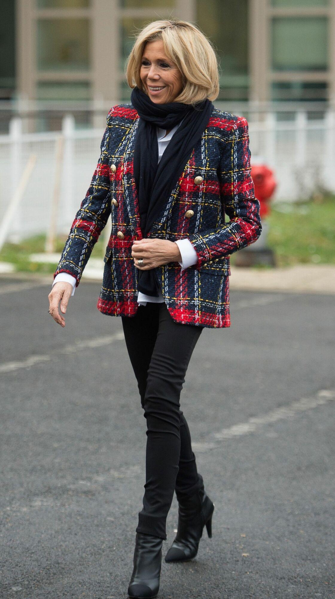 Brigitte Macron a misé sur un blazer écossais signé Balmain le 1er décembre 2017, une de ses pièces phares