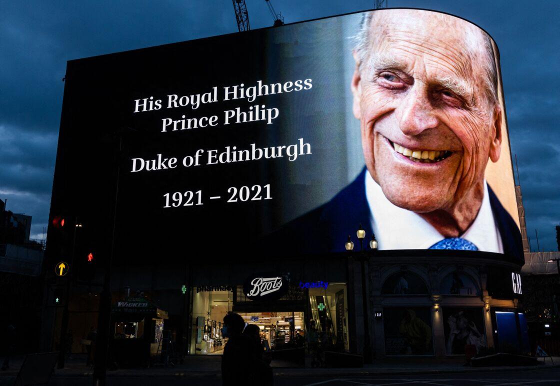 Un écran géant à Piccadilly Circus allumé en hommage au prince Philip ce vendredi 9 avril 2021
