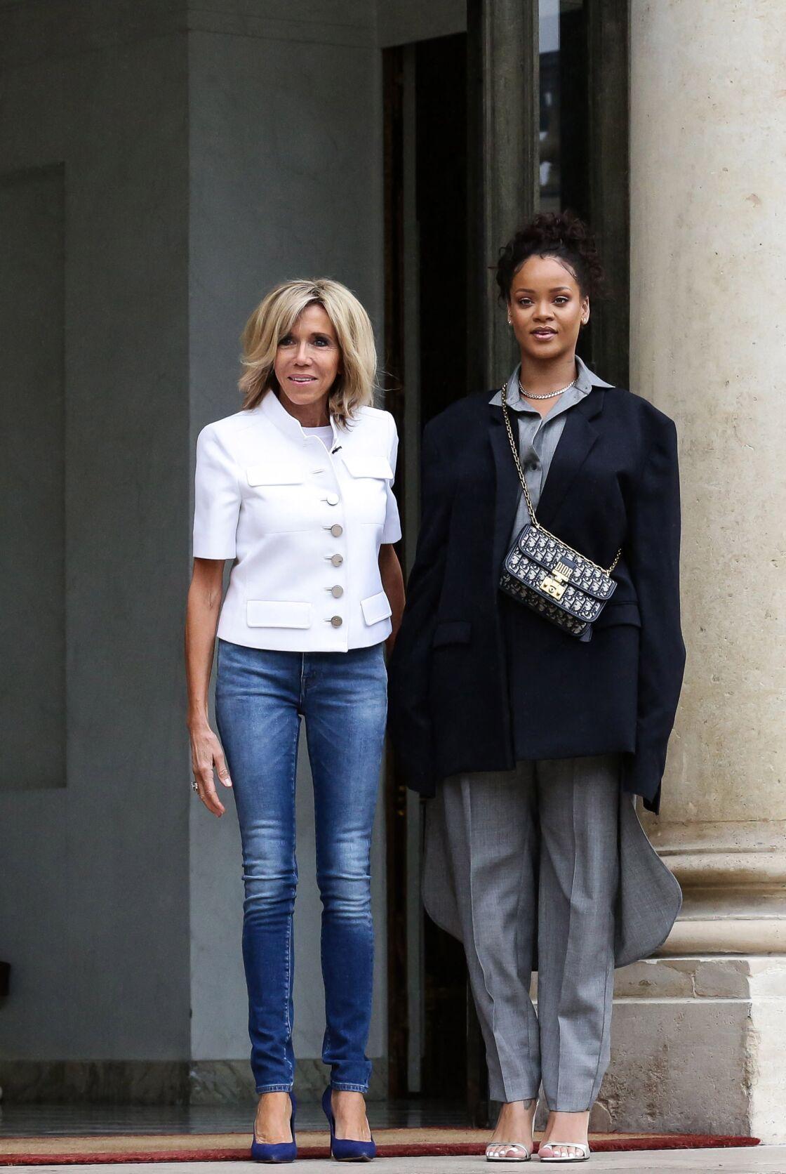 Brigitte Macron et la chanteuse Rihanna sur le perron du palais de l'Elysée le 26 juillet 2017 dans un slim.