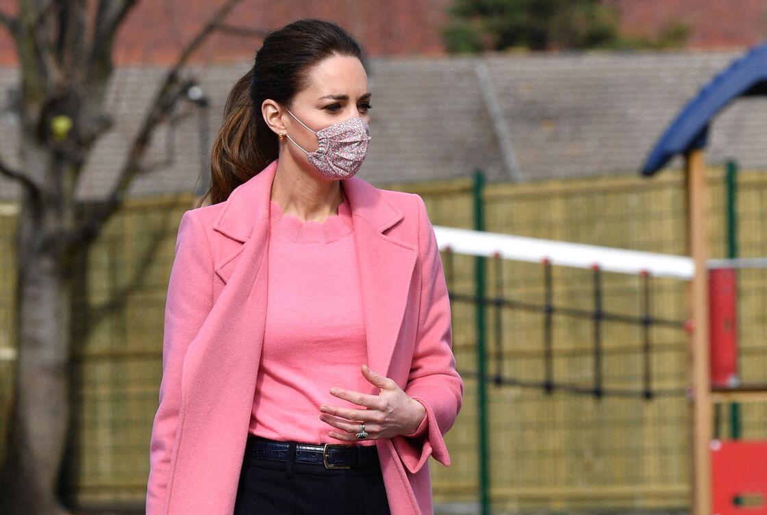 Kate Middleton avec un pull rose Boden et un manteau long rose Max & Co, le 11 mars 2021