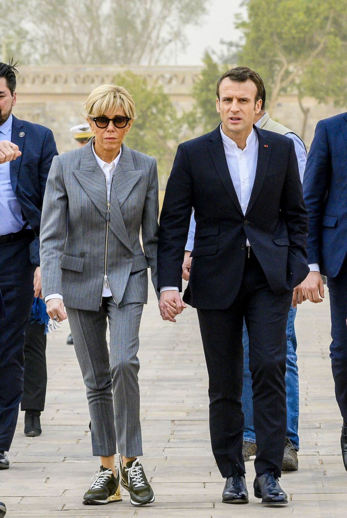 Avec son mari lors de leur voyage officiel en Egypte, elle a choisi un costume gris rayé avec une veste à zip et une paire de baskets Louis Vuitton.