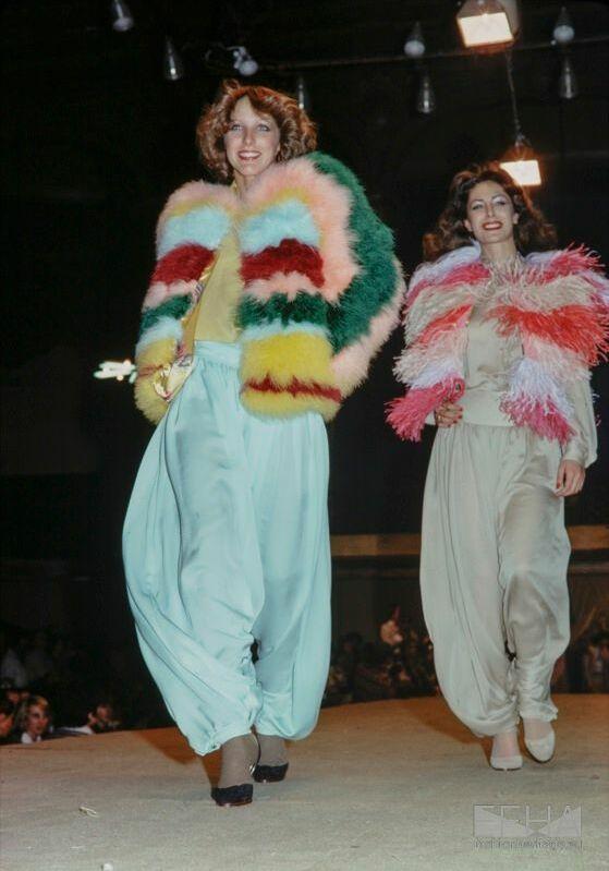 En 1971, Chantal Thomass fait son premier défilé Salle Wagram. Un show collégial avec le jeune Kenzo et Dorothée Bis.