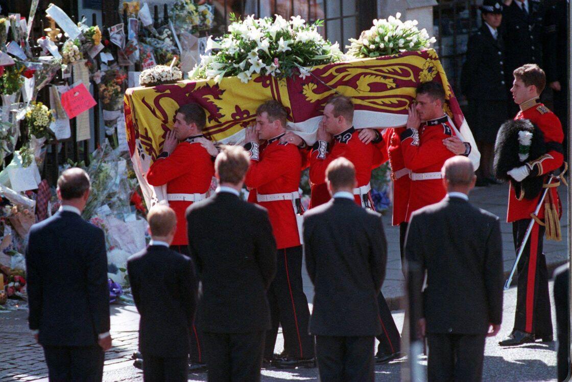 De dos, le prince Charles, le prince Harry, le comte Charles Spencer, le prince William et le prince Philip, duc d'Edimbourg lors des obsèques de la princesse Diana, le 6 septembre 1997