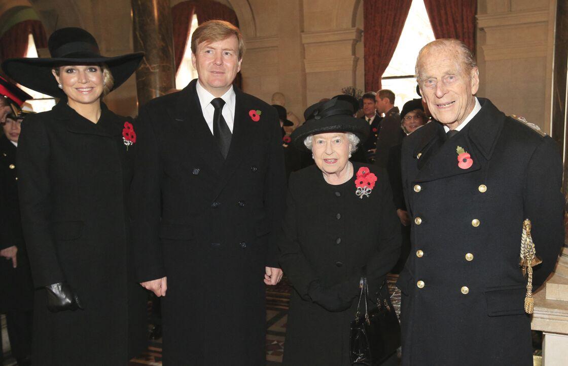 La reine et le prince Philip, avec Maxima et Willem-Alexander des Pays-Bas, pour les cérémonies anglaises du 11-novembre, en 2015. La commémoration de l'Armistice est l'une des rares occasions pour lesquelles Elizabeth II s'habille en noir, hors deuil.
