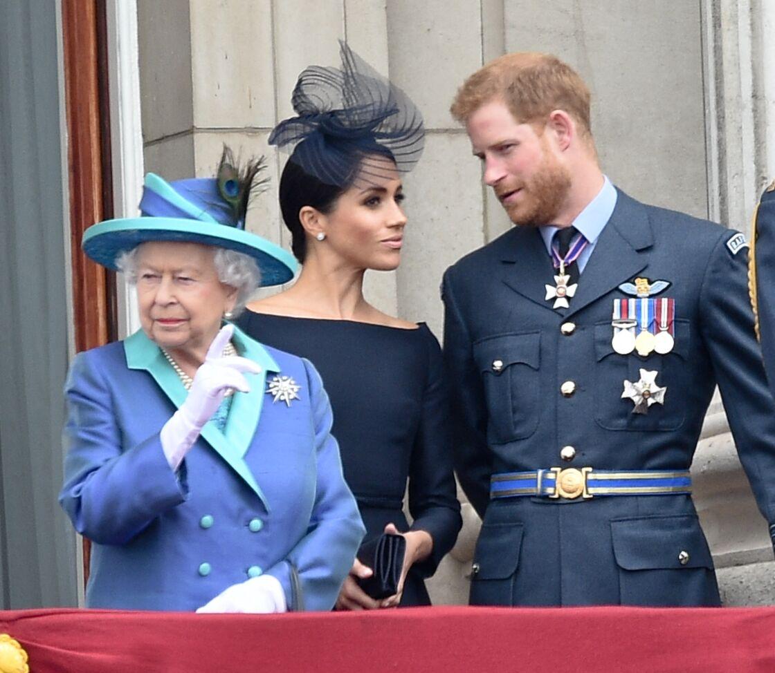 La reine Elizabeth II, Meghan Markle, le prince Harry lors de la parade aérienne de la RAF pour le centième anniversaire au palais de Buckingham à Londres, le 10 juillet 2018
