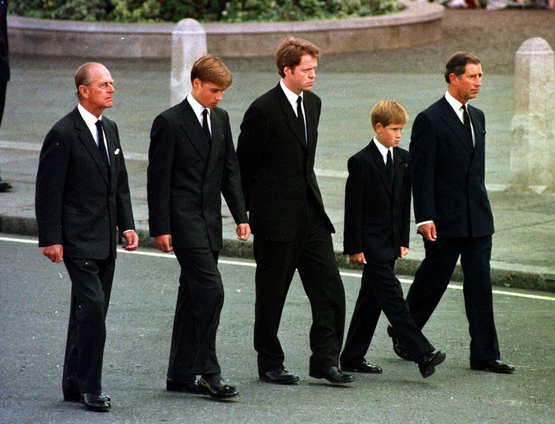 Le prince Philip, prince William, Charles Spencer et le prince Harry derrière le cercueil de la princesse Diana