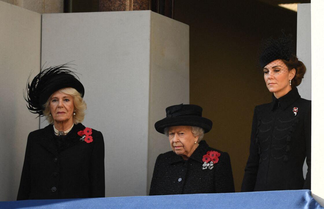 La reine Elizabeth II entourée de Camilla Parker Bowles et Kate Middleton pour les cérémonies anglaises du 11-novembre, en 2015