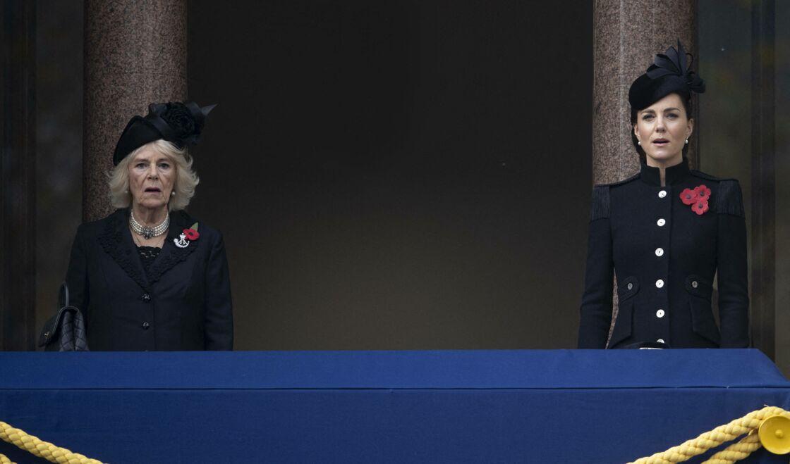 Camilla et Kate Middleton, au balcon du Cénotaphe de Londres, pour célébrer l'Armistice en novembre 2020. Pour les experts, elles devraient porter des looks similaires pour les funérailles du prince Philip, ce 17 avril.