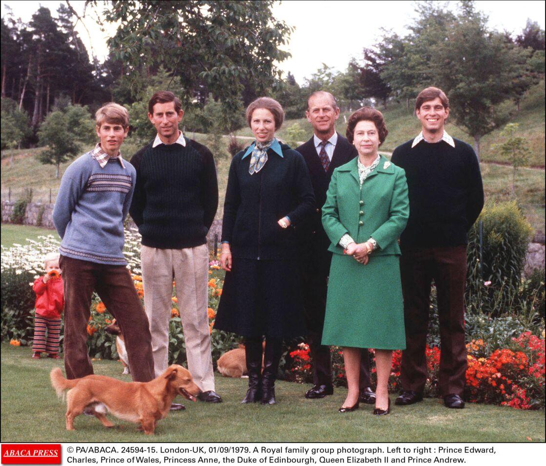 Le prince Philip et Elizabeth II avec leurs quatre enfants