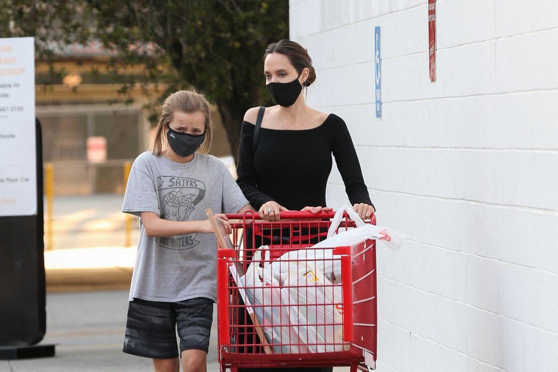 Angelina Jolie fait les courses pour la rentrée scolaire avec Vivienne chez Staples à Los Angeles, le 23 août 2020.