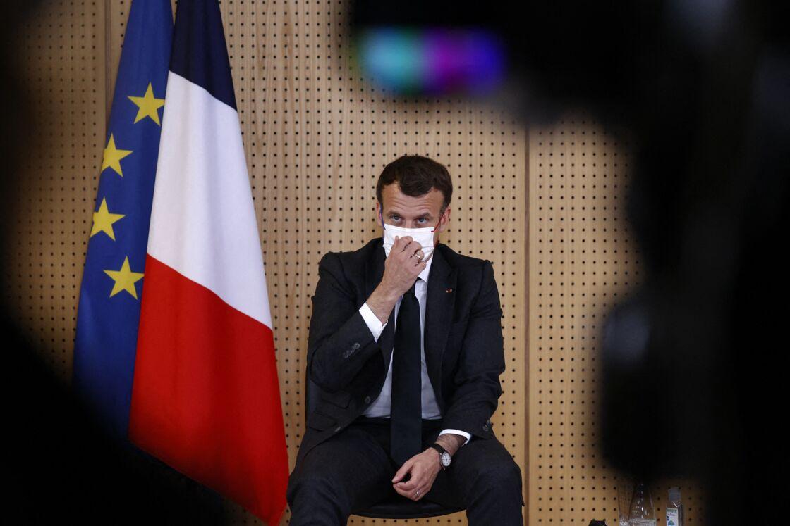 Le président de la République française Emmanuel Macron, accompagné du ministre de la Santé et des Solidarités et du secrétaire d'État en charge de l'enfance et des familles, visite le service psychiatrie de l'enfant et l'adolescent du Centre Hospitalier Universitaire de Reims, France, le 14 avril 2021