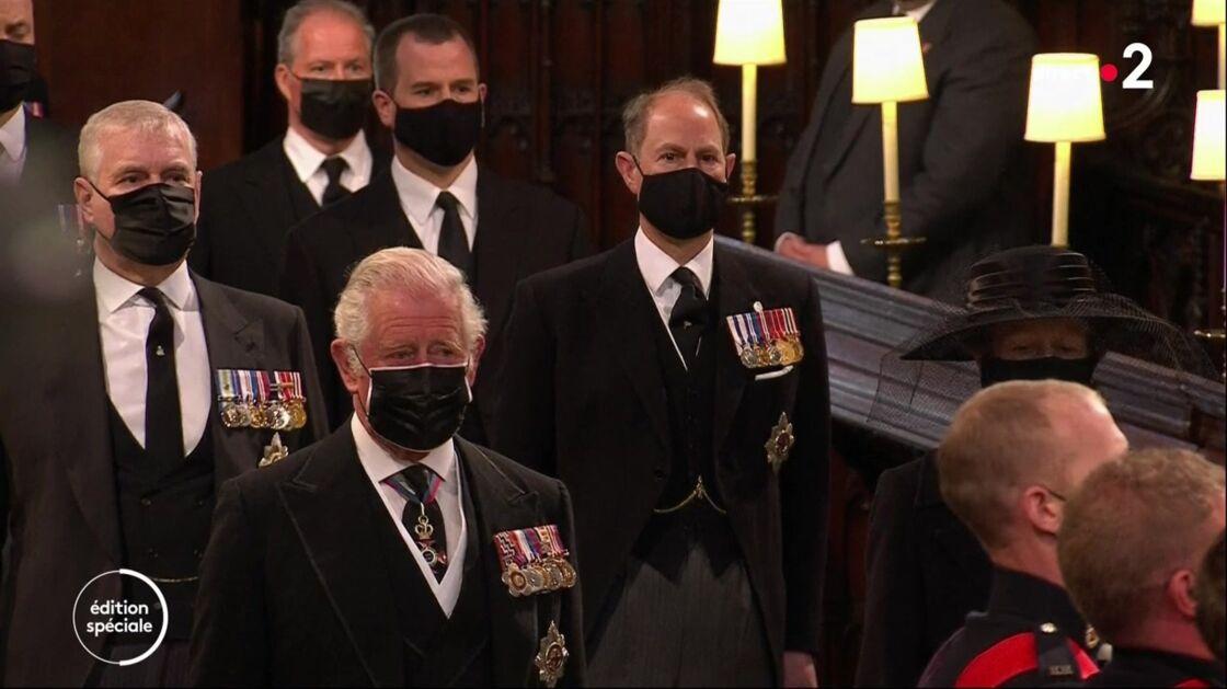 Le prince Charles les larmes aux yeux dans la chapelle