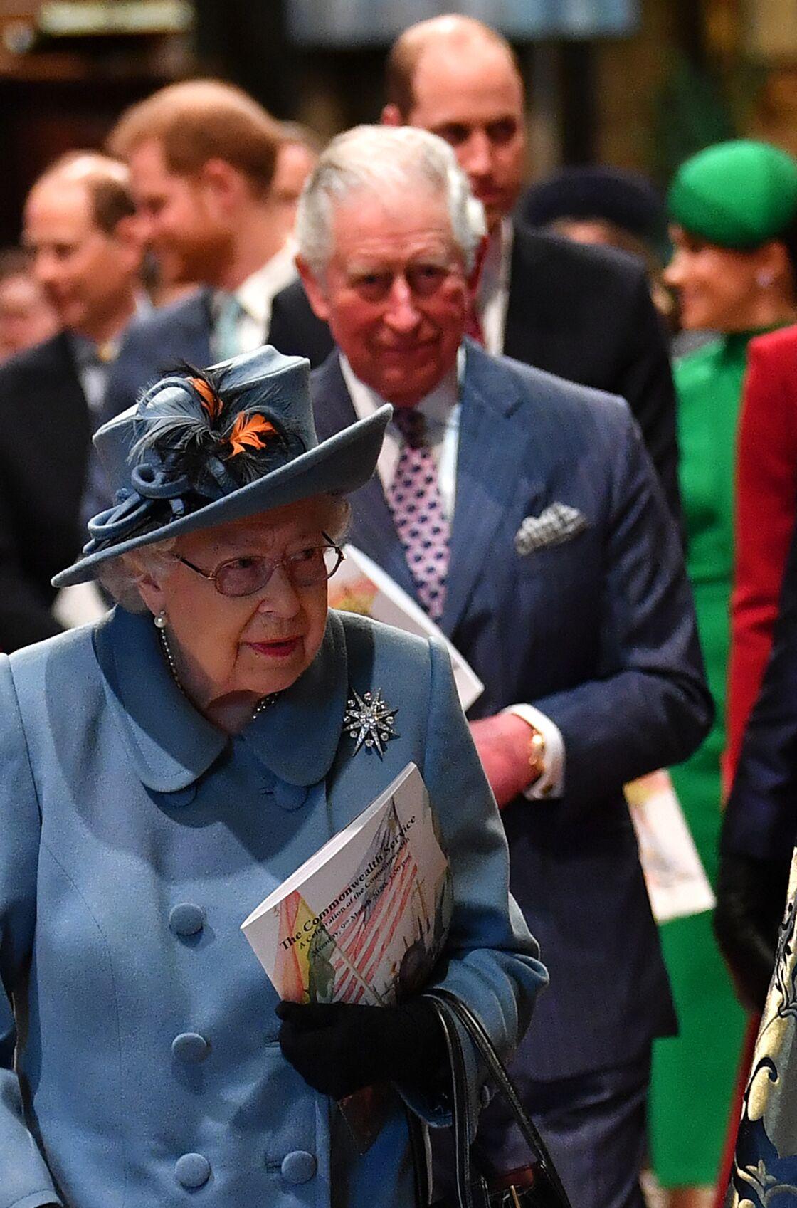Le prince Charles derrière sa mère Elizabeth II, lors des célébrations du Commonwealth à l'abbaye de Westminster, en mars 2020. Une marche selon l'ordre de succession au trône qui montre déjà le rôle qui attend le prince de Galles.