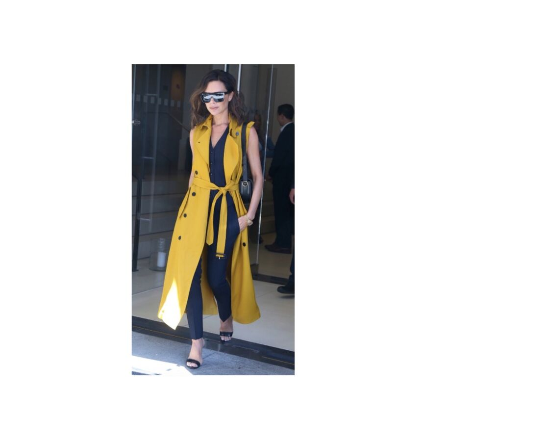 Victoria Beckham très chic et lumineuse en trench sans manches pour l'été.