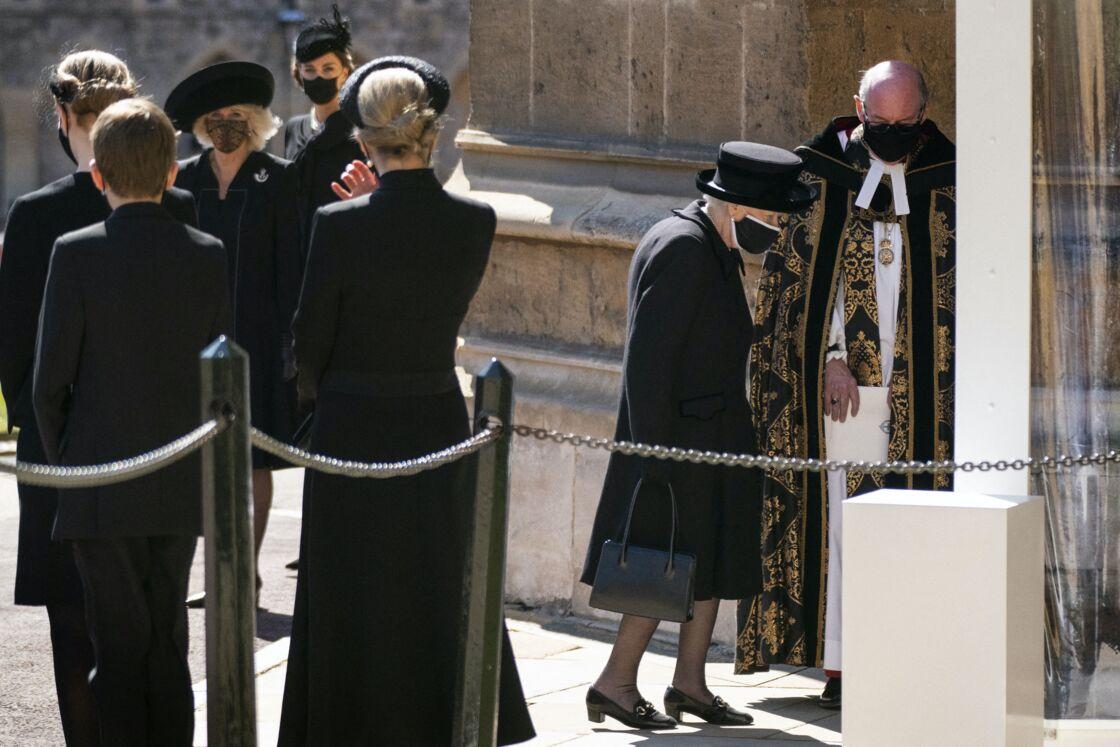 La reine endeuillée se rend dans La Chapelle Saint George