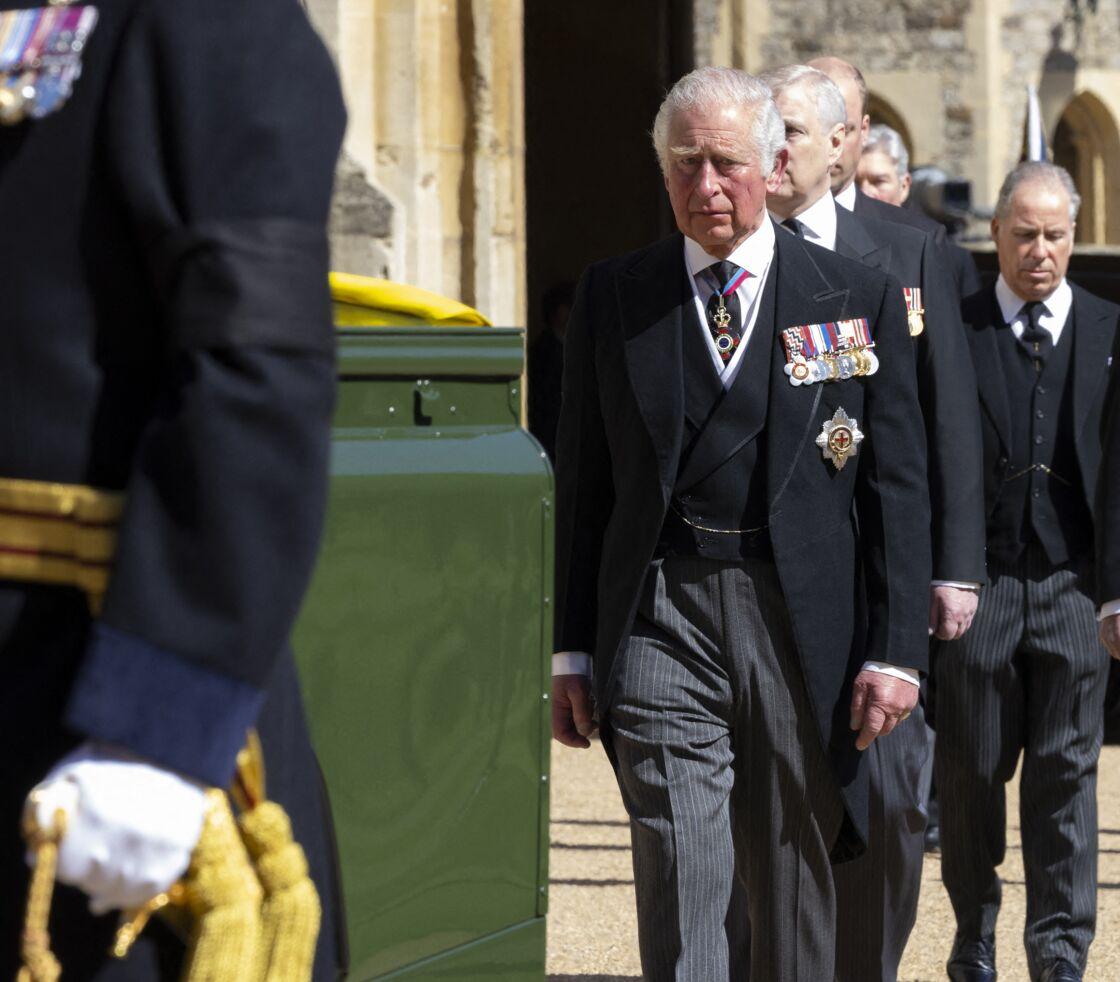 Le prince Charles très ému dans le cortège funèbre, lors des obsèques du prince Philip, le samedi 17 avril 2021.