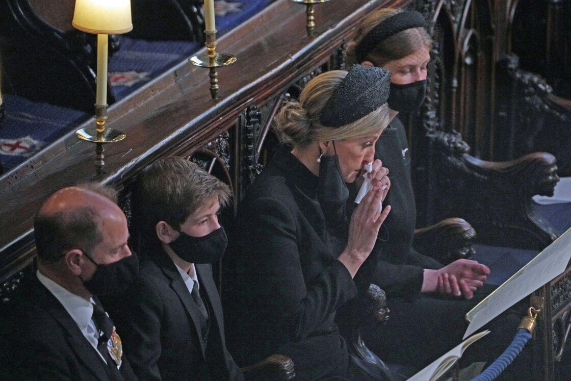 Le prince Edward, Sophie de Wessex, saisie par l'émotion, et leurs enfants Louise Mountbatten-Windsor et James Mountbatten-Windsor aux funérailles du prince Philip, le 17 avril 2021