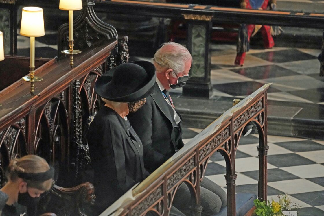 Le prince Charles et son épouse Camilla, masqués, au obsèques du prince Philip, le 17 avril 2021