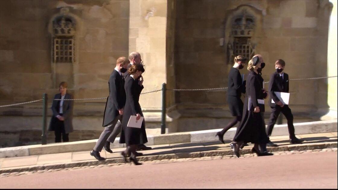Kate Middleton aux côtés des princes William et Harry, lors des funérailles du prince Philip, à la chapelle Saint-Georges du château de Windsor, le 17 avril 2021.