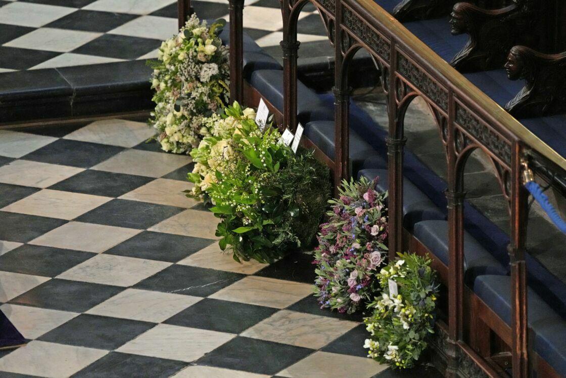 La gerbe de fleurs mauves et roses déposée au nom de Meghan Markle lors des obsèques du prince Philip