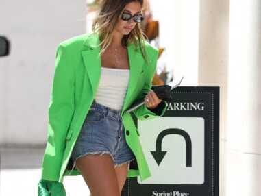 PHOTOS - Hailey Baldwin pétillante en veste blazer vert fluo
