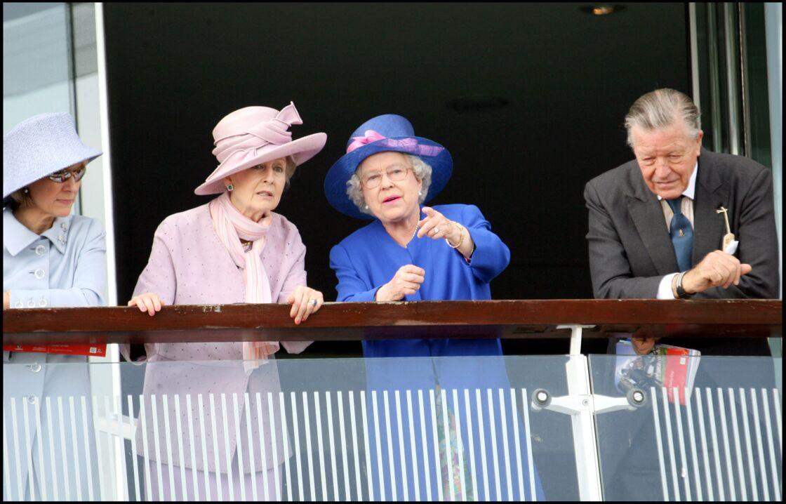La reine Elizabeth II, accompagnée de la princesse Alexandra et de Sir Michael Oswald, à l'Epsom Derby, en 2007.
