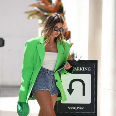 PHOTOS – Hailey Baldwin top tendance avec sa veste blazer vert fluo