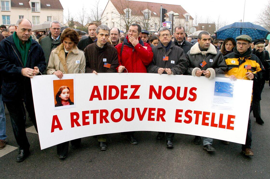 Marche silencieuse dans le village de Guermantes organisée pour la petite Estelle, en 2003.