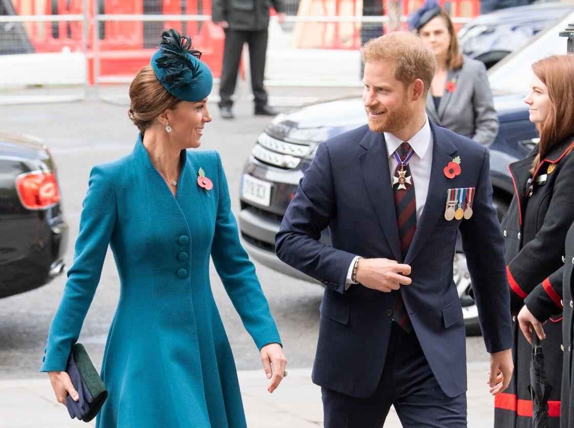 Kate Middleton et le prince Harry, complices alors qu'ils arrivent à l'abbaye de Westminster, en avril 2019.