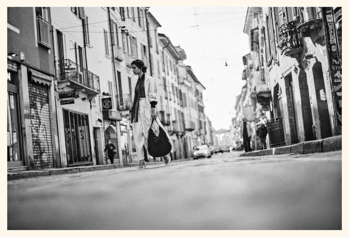 Trench et pantalon de soie habotai Tod's, chemisier en mousseline de soie Brunello Cucinelli. Boucles d'oreilles Bulgari, ceinture et sac Tod's, sandales Sportmax