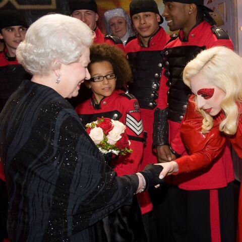 PHOTOS – Elizabeth II face à Lady Gaga, Jennifer Lopez, Victoria Beckham… La reine du showbiz, c'est elle!