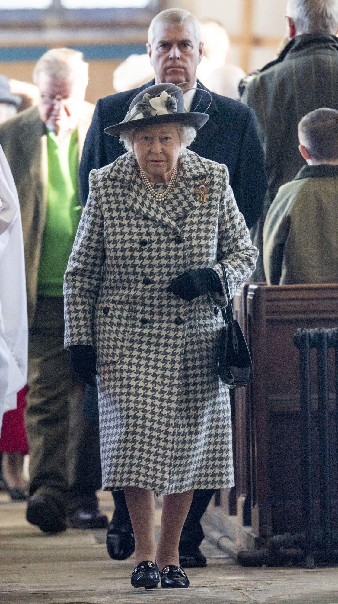 La reine Elizabeth II et le prince Andrew le 19 janvier 2020 à  l'église St Mary the Virgin à Hillington