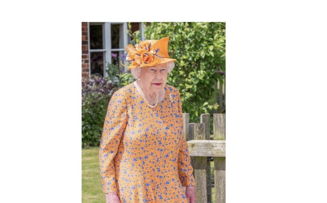 Fleurs printanières et bibi assorti pour la reine lors d'une sortie officielle