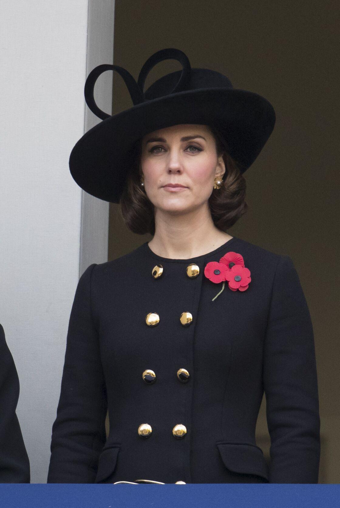 Kate Middleton porte le manteau Dolce & Gabbana d'influence militaire lors de la cérémonie du Remembrance Sunday à Londres, le 12 novembre 2017.