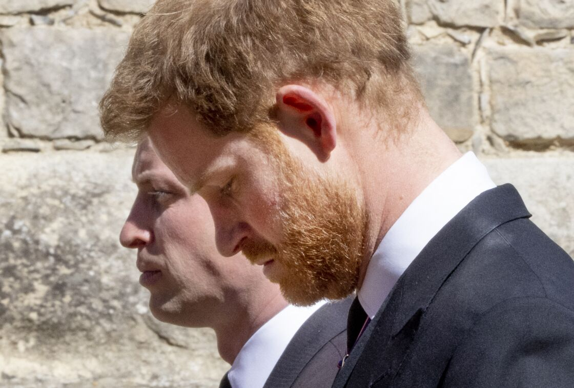 Les princes Harry et William, aux funérailles du prince Philip à la chapelle Saint-Georges du château de Windsor, le 17 avril 2021.