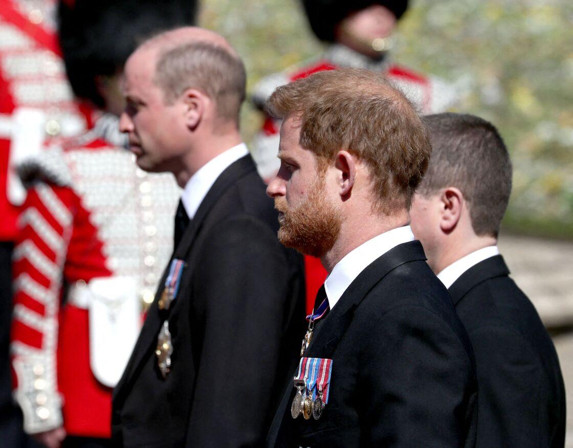 Le prince Harry au côté de son frère, le prince William, lors des funérailles du prince Philip, à la chapelle Saint-Georges du château de Windsor, le 17 avril 2021.