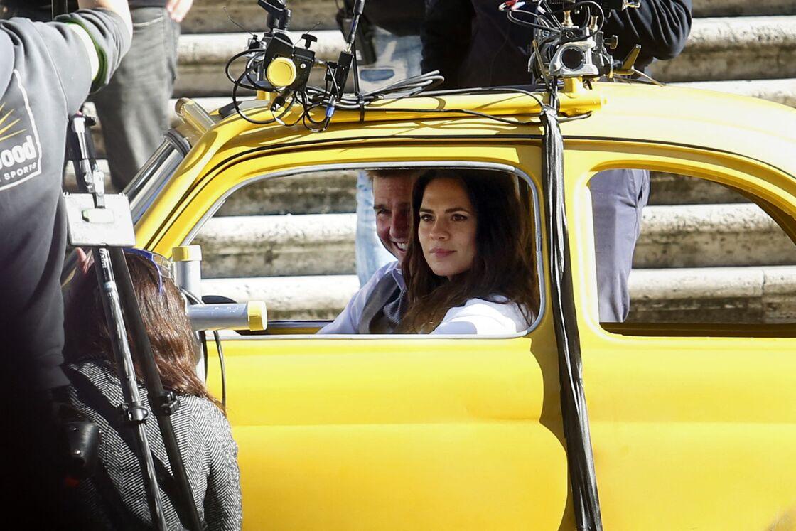 Tom Cruise très proche d'Hayley Atwell sur le tournage de Mission Impossible 7, à Rome, le 22 novembre 2020.