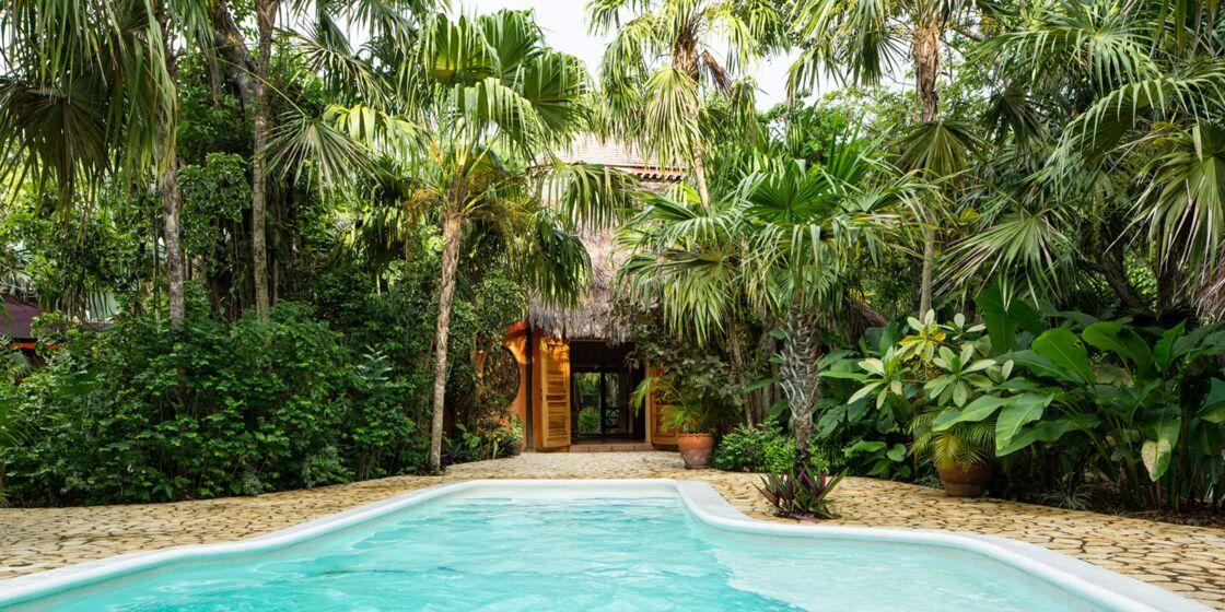 Illustrations de l'hôtel The Caves en Jamaïque, où le prince Harry et sa compagne Meghan Markle ont séjourné pour le mariage de Tom Inskip, en mars 2017.