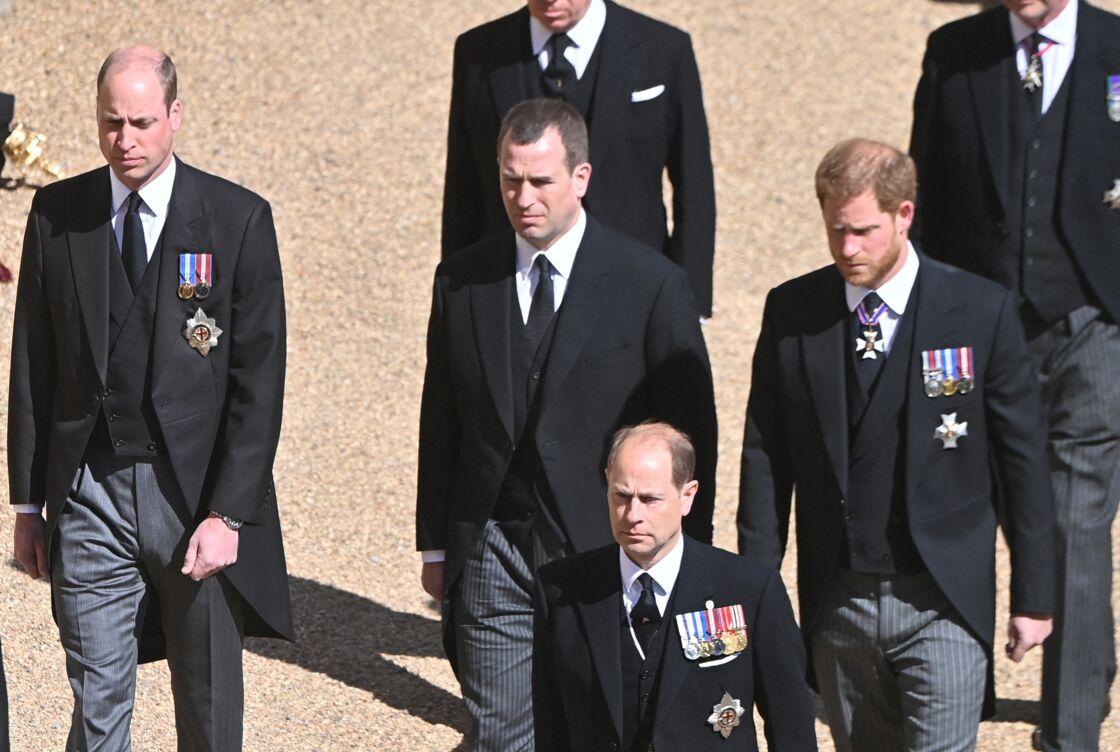 Le prince Harry aux côtés de son cousin Peter Philips et du prince William lors des funérailles du duc d'Édimbourg.