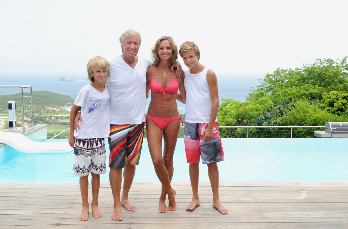 Yves Rénier avec sa femme Karin et ses deux fils dans leur maison à Saint-Barthélemy.