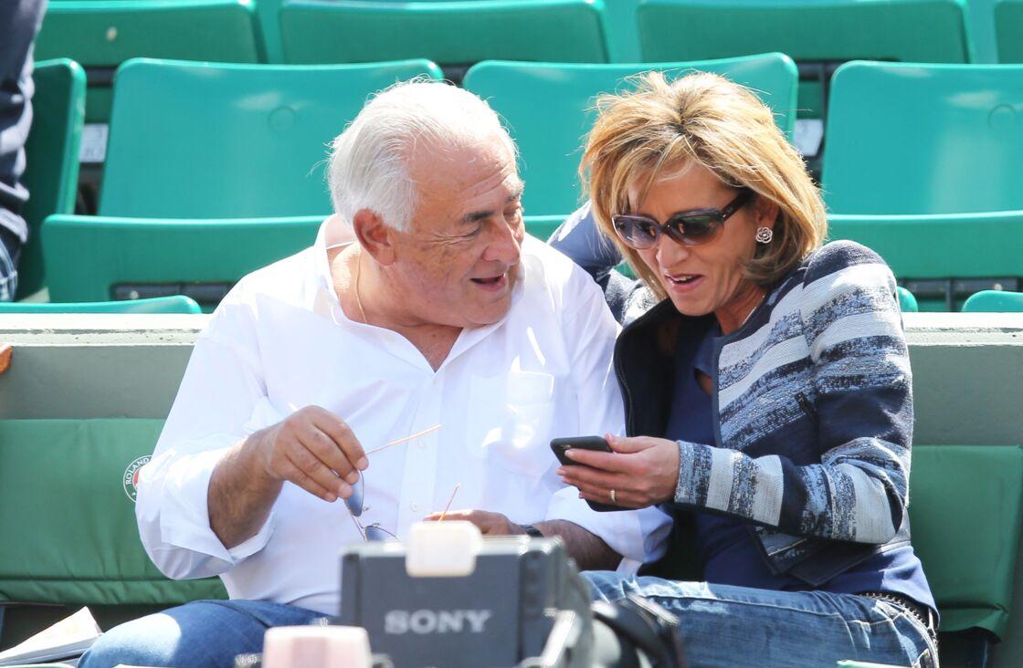 Dominique Strauss Kahn et sa compagne Myriam L'Aouffir dans les tribunes des Internationaux de France de tennis de Roland Garros, le 30 mai 2015.